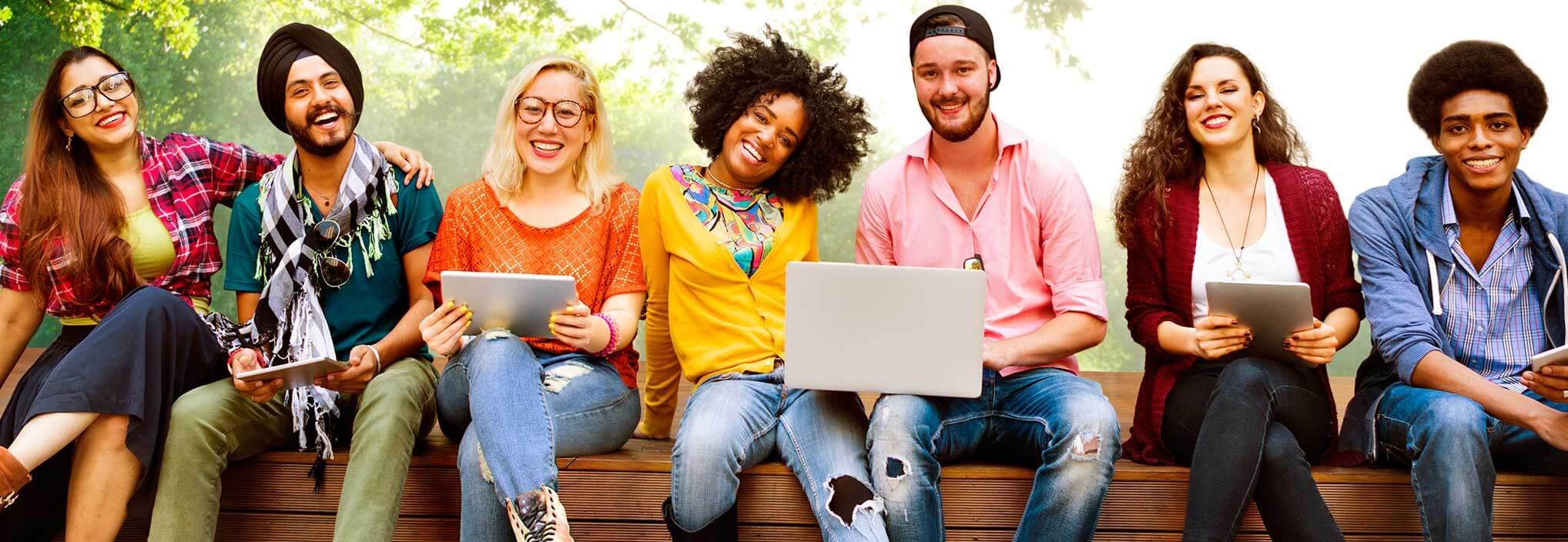 Bild 7 junge Menschen sitzen auf einer Bank